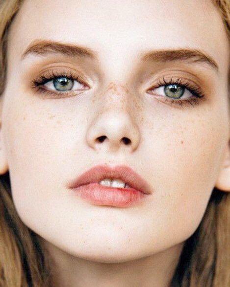 Tendenze make-up: questa primavera le labbra si tingono di colori freschi e naturali.
