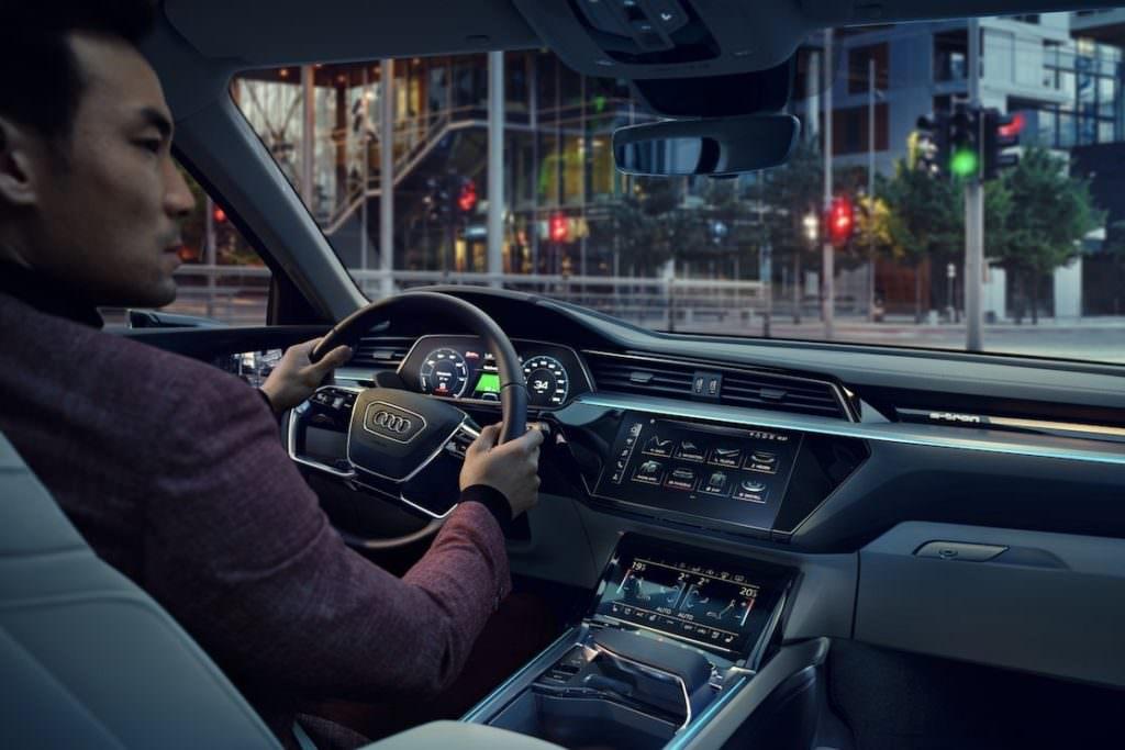 Suv e tecnologia EV: Audi E-Tron Interni - SpicyView